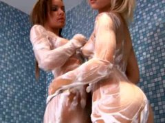 Hot teen babes play in the showr